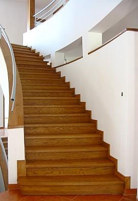 schody drewniane w środku domu